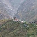 Pohledem na tuto vesničku na nás dýchla stará Indie - obranná věž i kamenné střechy
