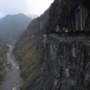 Často stavba silnic znamená se zakousnout do kolmé skalní stěny