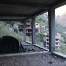 Se svolením místních obyvatel nalézáme útočiště pod střechou