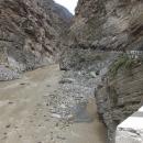 Úzké sevření silnice a řeky do soutěsky