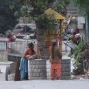 Obyvatelky údolí Kinnaur s jejich typickými čepicemi u modlitebního mlýnku