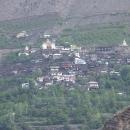 Tibetská gompa ve svahu hor