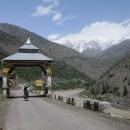 Tak touto branou jsme asi vstoupili do Tibetu (indického)