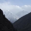 Z dáli na nás pokukují štíty hor a umocňují naši touhu se podívat víc do nitra Himaláje