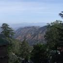 Výhled z hotelového pokoje do údolí