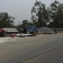 Příbytky silničářů přímo u místa, kde se asfaltuje