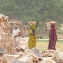 Někde probíhá i rekonstrukce, ženy donáší stavební materiál