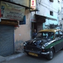Ráno se dostavil domluvený taxík a opouštíme centrum