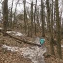 V sedmi stech metrech se objevily poslední zbytečky špinavého sněhu
