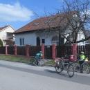 Naše další dočasné bydliště ve Velkém Mederu. V ulici blízko termálka nabízí ubytování snad každý dům a ceny jsou rozumné.