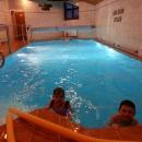 V ceně byl vstup do bazénu, takže čas do večeře trávily děti naložené ve vodě :-) Prázdniny v Javorníkách byly fakt úžasné!