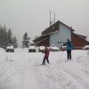 Hned první den vyrážíme všichni na běžky. Sněhu je dost, ale předpověď mizerná, tak rychle, než to všechno sleze.