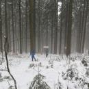 Pomalu začíná pršet a chlapci si odskočili k prameni Vsetínské Bečvy.
