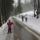 Ráno jsme po silnici k hotelu ještě jeli na lyžích, odpoledne to jde už jen v příkopě.
