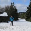 Na hřebeni je neuvěřitelné množství sněhu. Je sice rozťapaný od lidí, ale litujeme, že jsme si běžky nevzali