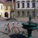 V Králíkách mají zajímavé stojany na kola (silniční kolo jaksi postrádá stojánek)
