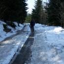 Cesta dolů do Moravského Karlova je místy ještě pod sněhem a ledem