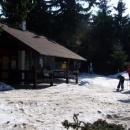 Na červenovodském sedle se ještě několik posledních běžkařů vydává na okruh kolem Bukové hory