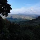 A o pár kilometrů dál a výš - vyhlídka na údolí, kudy jezdí vláček a za ním Soví hory s nejvyšší Velkou Sovou (zdolali jsme nedávno na kolech)