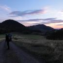 Scházíme do průsmyku Tří dolin. Ten kopeček nalevo je Waligora, nejvyšší hora Suchých, resp. Kamenných hor.