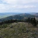 Pohled na hřeben Javořích hor, po kterém jsme přišli. Úplně vzadu v dálce jsou vidět Krkonoše.