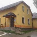 Penzion Pulčínské skály v Pulčíně, kde spíme první noc. Paní má volný jen jeden jediný pokoj, ale nějak jsme se vešli.