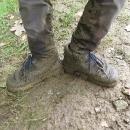 Šárčiny boty a kalhoty po cca půldenním pochodování po hřebeni Javorníků. Podobně vypadáme všichni...