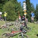 Na Malém Javorníku (1019 m) si cyklisté dávají pauzu