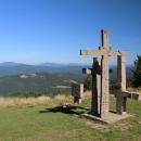 Stojí tu rozhledna a památník na osvobozenecké boje v okolí Velkých Karlovic