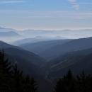 Pohled na slovenskou stranu (ta špičatá hora na hřebeni vlevo tipuji na malofatranský Kľak)