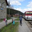 Vystupujeme v Makově na konečné. To co jsme jeli hodinu údolím vlakem, půjdeme teď dva dny po hřebeni zpátky. Konečně jsme použili průkazky na bezplatnou přepravu dětí na území Slovenska, které jsme jim v zimě pracně vyřídili.