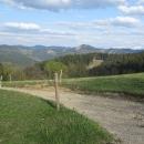 Výhledy na zasněženou Malou Fatru na straně jedné, Moravskoslezské Beskydy na straně druhé.