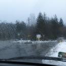 Sedíme v autě a pozorujeme stěrače, jak stírají dešťové kapky.