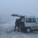 Parkujeme na Červenohorském sedle. Po hodině pršet přestává, ale mlha ani mraky nemizí.