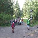 Rozcestí. Je možné jít údolím po žluté (žebříky a schody) a nebo pohodověji po modré.