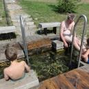 Sedíme a mácháme nohy ve studené vodě