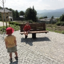 Otočné lavičky před lázeňským domem Priessnitz