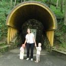 Markéta s dětmi před vchodem do jeskyně