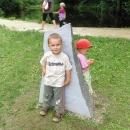 Děti přes výstavkou kamenů