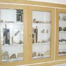 Ve vitrínce mají spoustu zajímavostí: např. průřez krápníkem, brčkem atd.