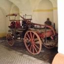 V zámku mají vystavenou starodávnou hasičskou techniku