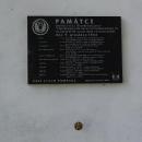 Pamětní deska na zdi kostela na památku za války spadlého amerického letadla