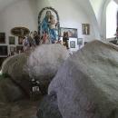 Tak pro tento puklý kámen se to tu jmenuje Kámen, až mezi projede vůz se senem, bude konec světa