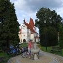 Na náměstí v Horní Stropnici s gotickým kostelem doplňujeme vodu