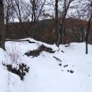 Skrovné zbytky hradu zakryté sněhem