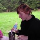 A Jana smutně kouká do prázdné lahvičky po jogurtovém nápoji.