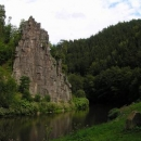 Horolezci zdolávají vysoké lávové skalní útvary