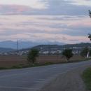 V dáli se objevují zasněžené vrcholky Karpat