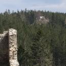 Z hradeb Kašperku je vidět nedaleký Pustý hrádek, který sloužil jako předsunutá ochrana hradu