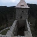 Jedna z věží už má novou střechu
